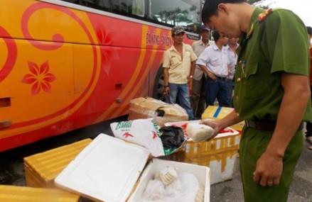 Bắt xe khách chở gần nửa tấn chân gà, xúc xích, thịt heo không rõ nguồn gốc tại Quảng Nam