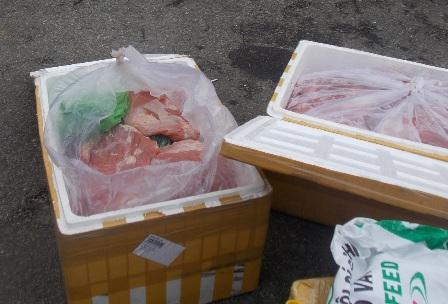 Chân gà, thịt heo, xúc xích không rõ nguồn gốc trên xe khách